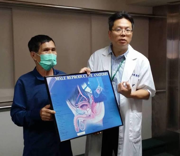 阮綜合醫院泌尿科主任蔡秉儒(右)指出,50歲男性約有50%有攝護腺肥大症狀,罹患...
