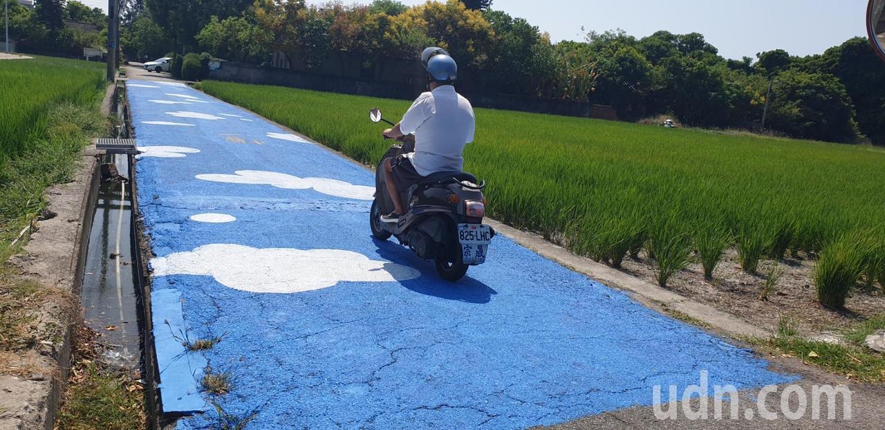 影/台中清水眷村園區農路彩繪藍天白雲 打卡新景點