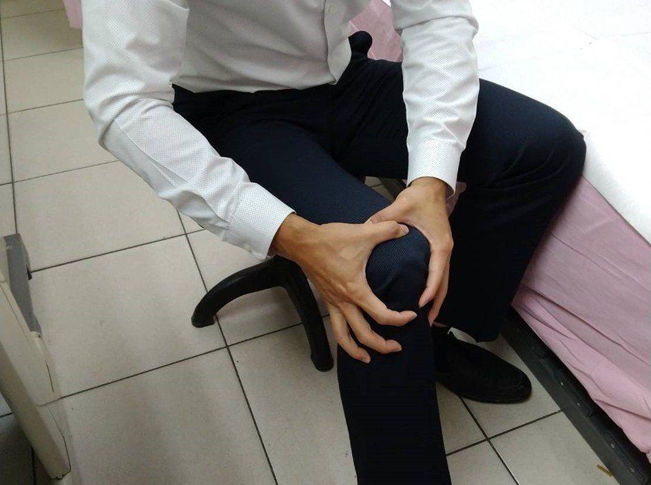 40至50歲中壯年膝蓋疼痛,有可能是久坐、缺乏運動造成肌肉虛弱的肌少症。圖/台大...