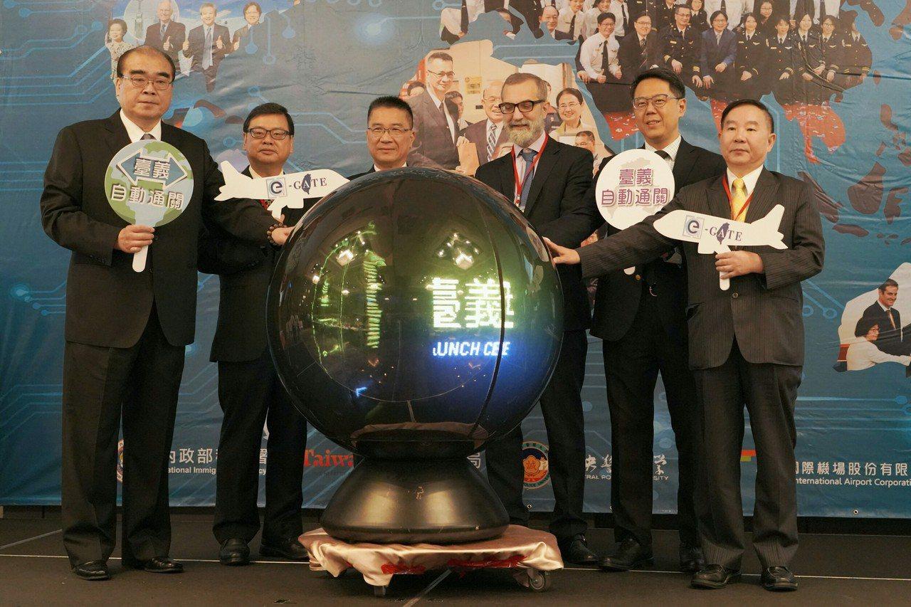 內政部長徐國勇與貴賓共同參加台義互惠使用自動查驗通關系統啟用儀式。圖/內政部提供