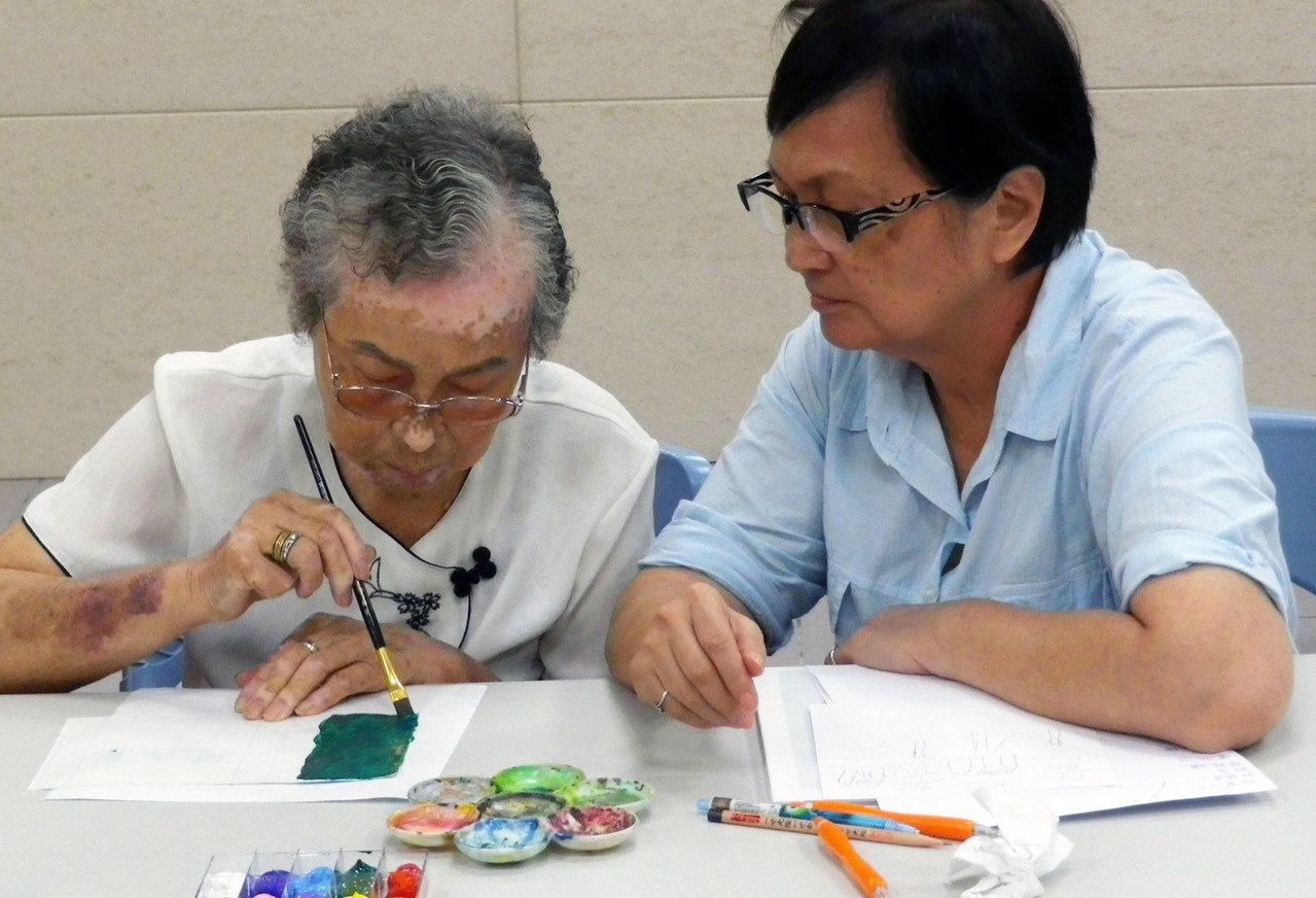 新北市圖書館三峽北大分館推出借書就可免費參加銀髮長者專屬的「手工藝術體驗營」課程...