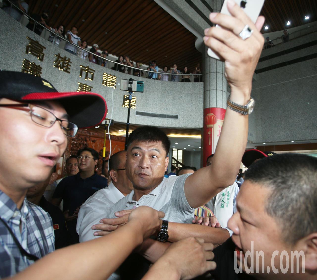 韓國瑜支持者不滿民進黨團態度,在場外爆發衝突。記者劉學聖/攝影