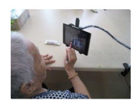 本土研究證實,機構長輩學用平板,可以顯著提升生活品質、社會支持、幸福感。圖/邱靜...