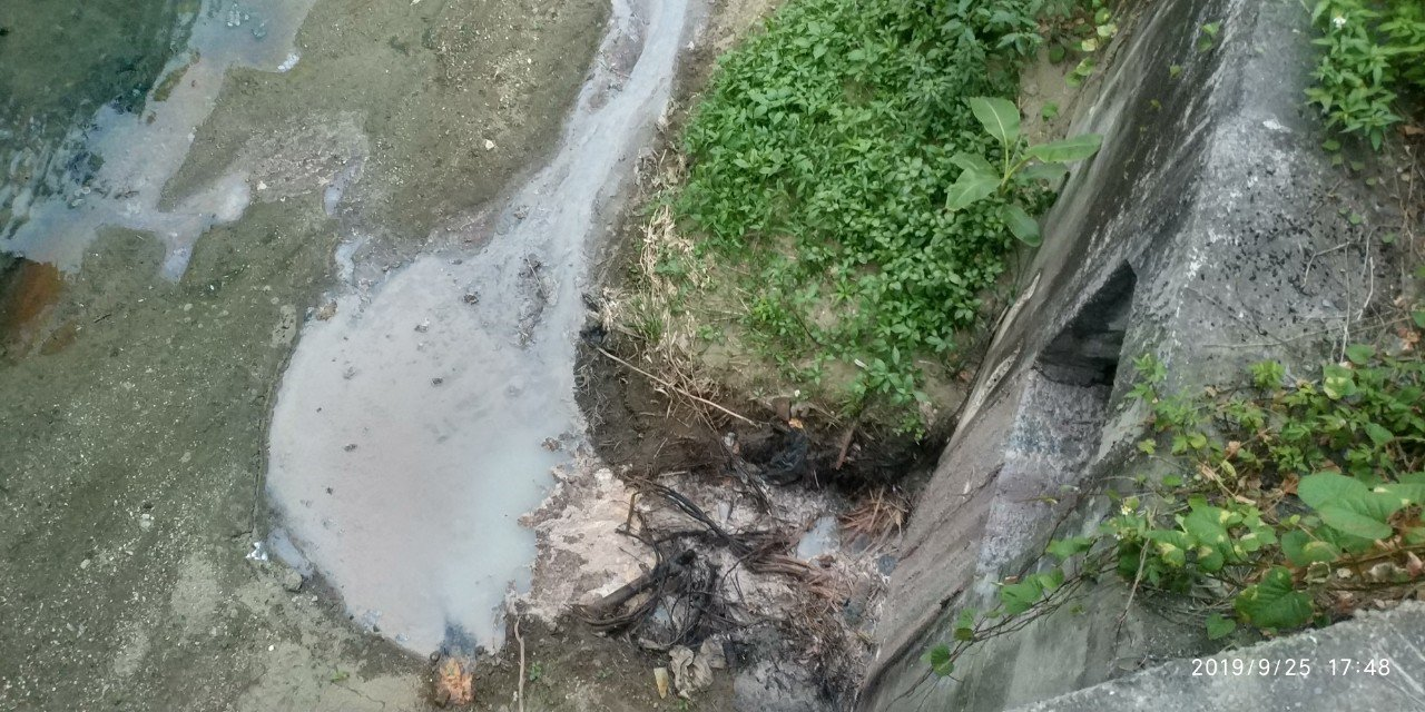 鳳山溪上游一家食品製造業放流口附近水體。圖/高雄市環保局提供