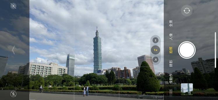 除了拍照時可以從螢幕上看到取景範圍外的畫面,編輯照片時右上角若有星星記號,就表示...