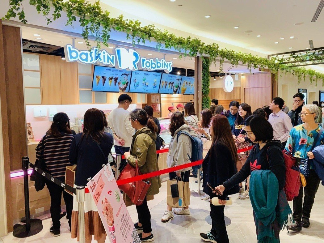 31冰淇淋微風南山門市開幕吸引排隊人潮。 記者張芳瑜/攝影