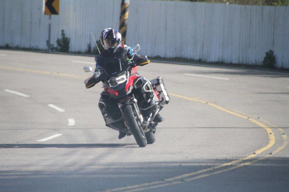 台3線公路苗栗縣路段每逢假日都有大批重機騎士行駛出遊。記者胡蓬生/攝影