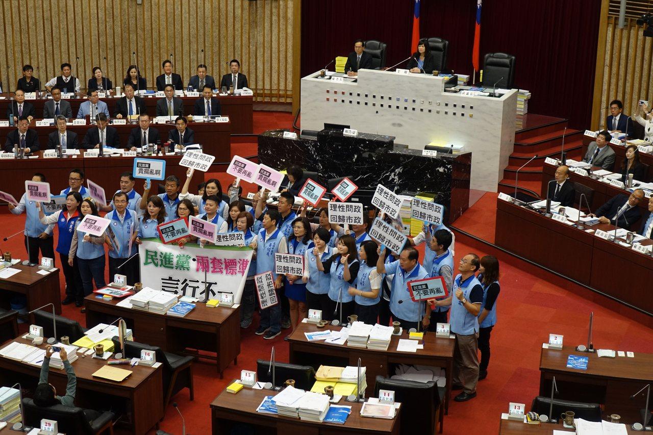 高雄市國民黨籍議員全力為市長韓國瑜的施政辯護。記者楊濡嘉/攝影