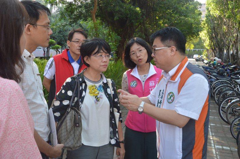 立委吳秉叡(右一)、蘇巧慧(右二)向國教署副署長戴淑芬(右三)說明情況,爭取補助。記者施鴻基/攝影