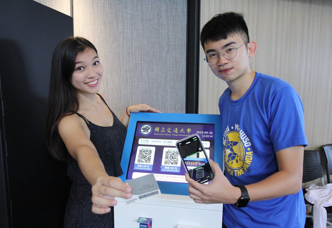 學生可隨時在宿舍內的儲值機,掃描QR Code加值電力卡。圖/交大提供