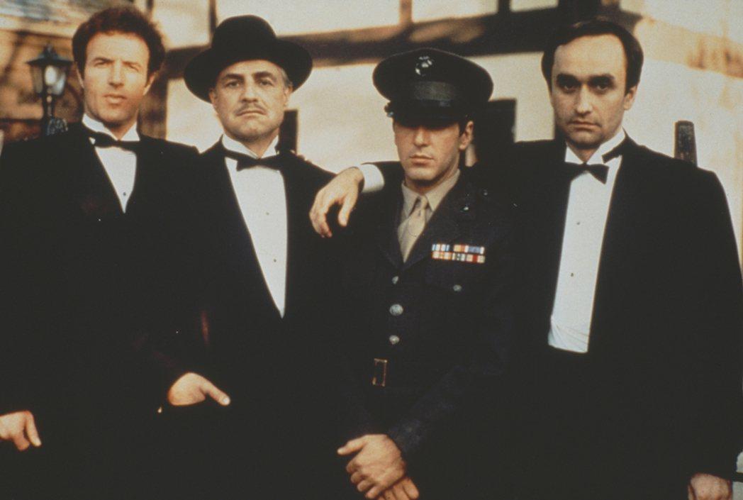 柯里昂家族的父親與兒子,左至右分別是大兒子桑尼、父親維托、小兒子麥可、二兒子弗雷