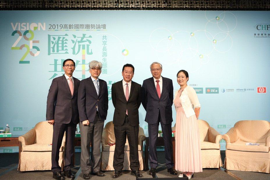 台灣人壽總經理莊中慶(左起)、麥肯錫管理諮詢公司資深顧問管國霖、金管會主委顧立雄、中國信託銀行個人金融執行長李玉秋等人於2025高齡論壇合影。圖/主辦單位提供
