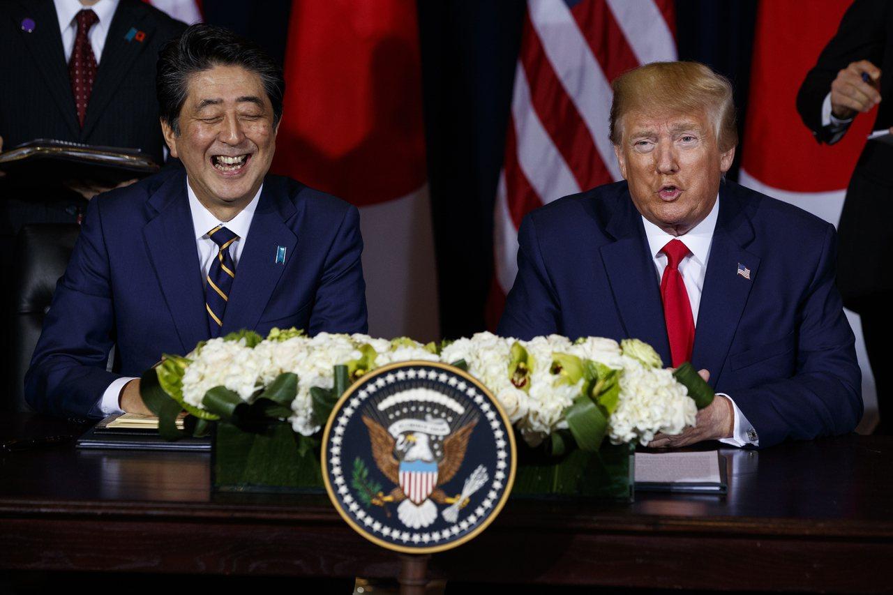 安倍晉三與川普宣布簽署貿易協定。美聯社