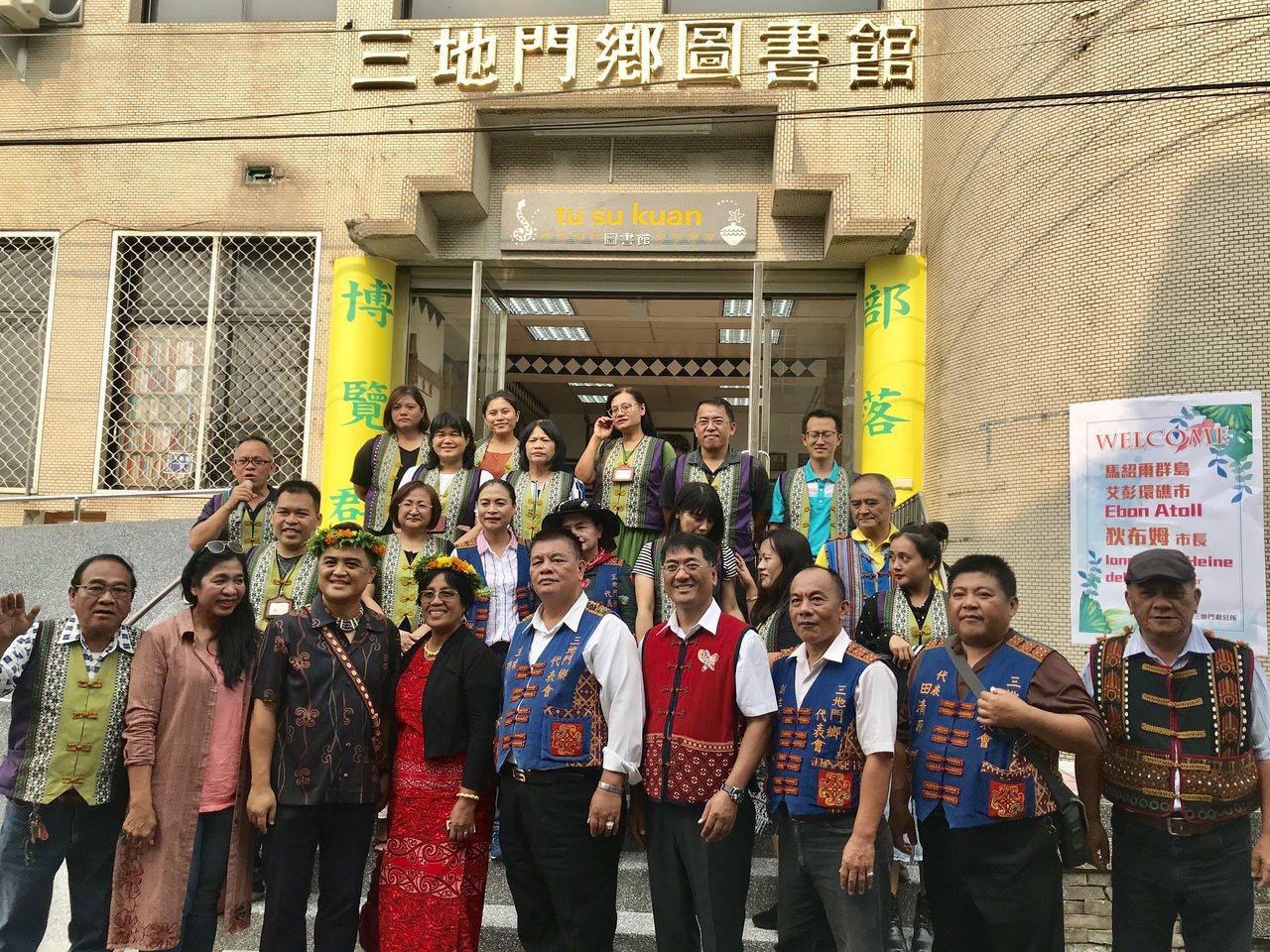 馬紹爾群島艾彭環礁市長狄布姆(前排左四)造訪三地門鄉。記者江國豪/攝影