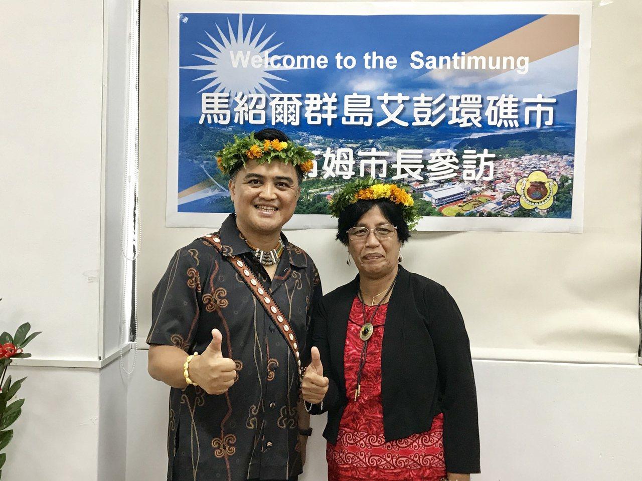 三地門鄉長車牧勒薩以(左)與馬紹爾群島艾彭環礁市長狄布姆(右),將透過締結姐妹市...