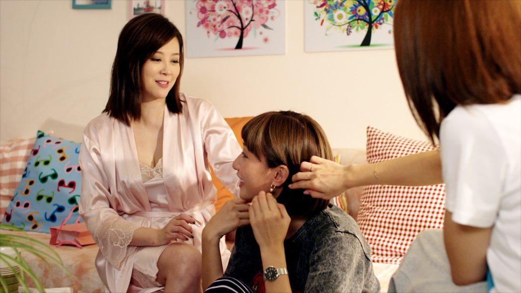 方馨(左)身穿性感睡衣展露好身材。圖/TVBS提供