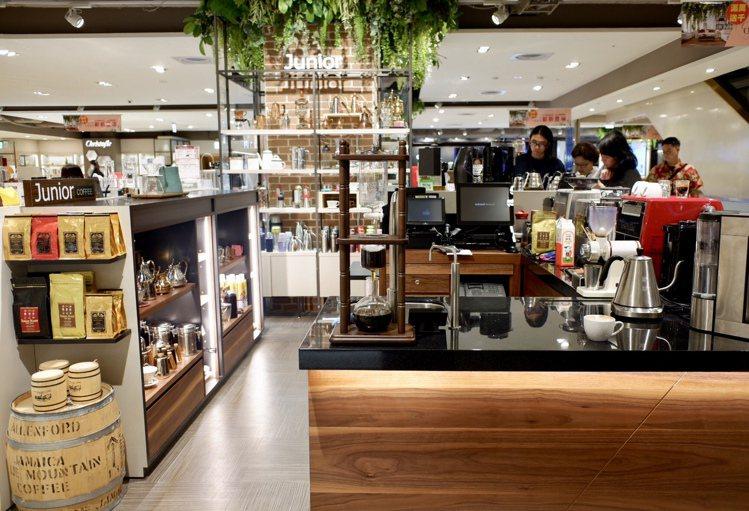 廚房家電區以吧台、廚房中島方式呈現,傳達居家生活的輕鬆氛圍。記者江佩君/攝影