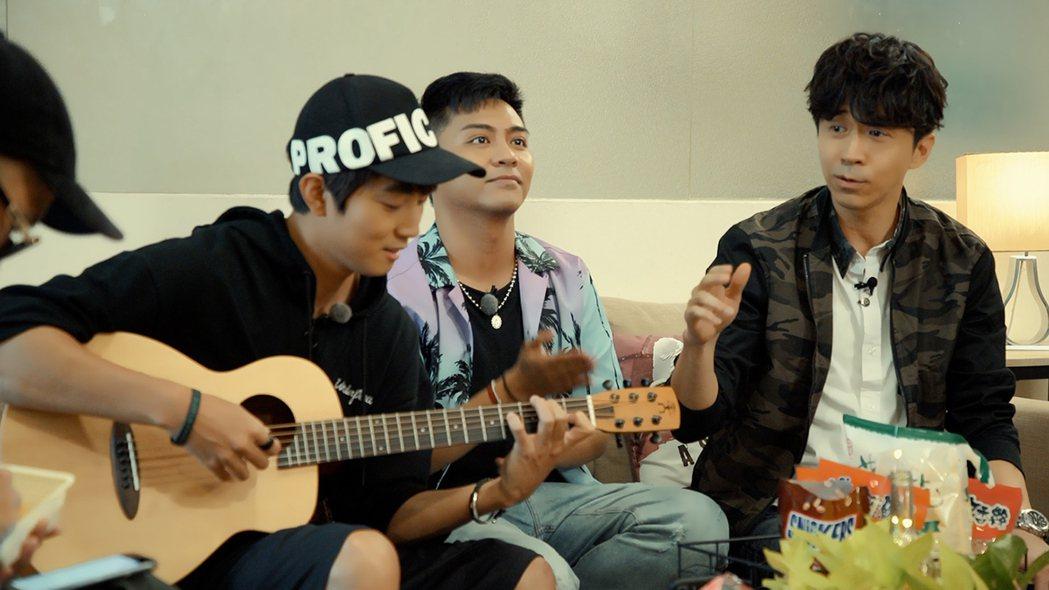光良(右)節目上與音樂人交流練唱。圖/靛癮製作提供