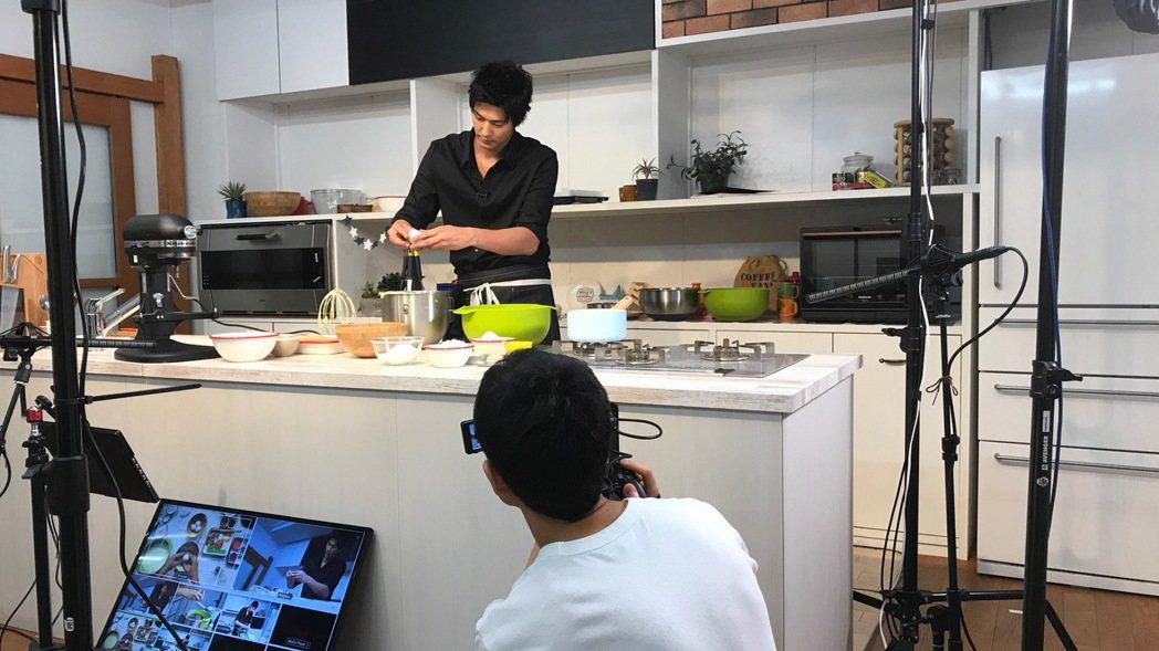 日本「型男帥主廚」速水茂虎道宣布開設YouTube頻道。圖/研音提供