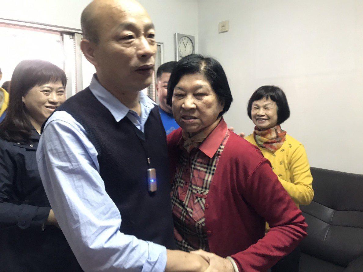 高雄市長韓國瑜默默送年菜給獨居老人,不公開行程是避免獨居長輩受到外界過多干擾。圖...