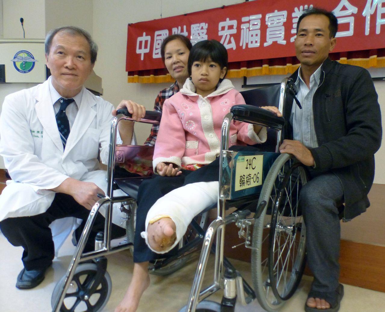 中國附醫結合台商慈善贊助治療越南象腿女孩阮氏巒(右二)為題材的「阿巒的作文課」短...