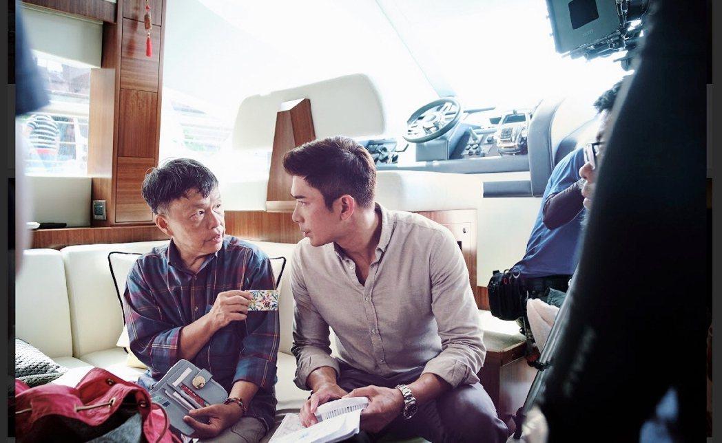 王小棣(左)在船上老神在在。圖/八大提供