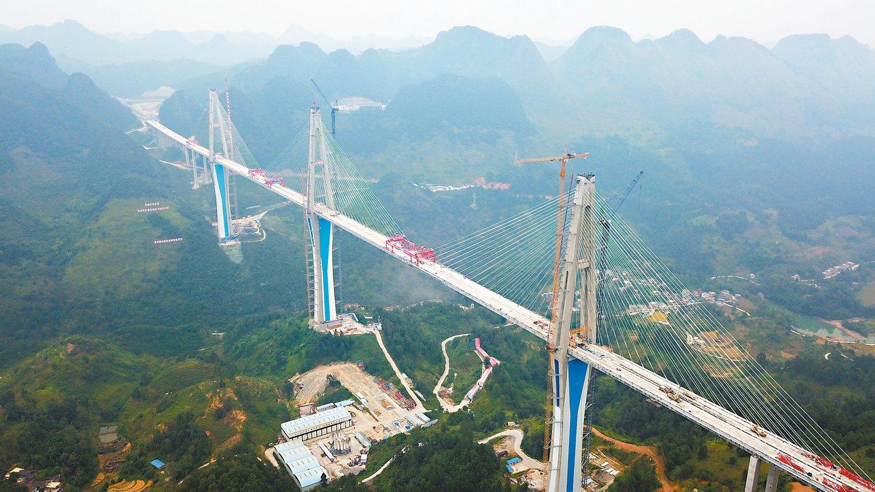 332公尺高的全球最高混凝土橋塔—貴州平塘至羅甸高速公路控制性工程平塘特大橋成功...