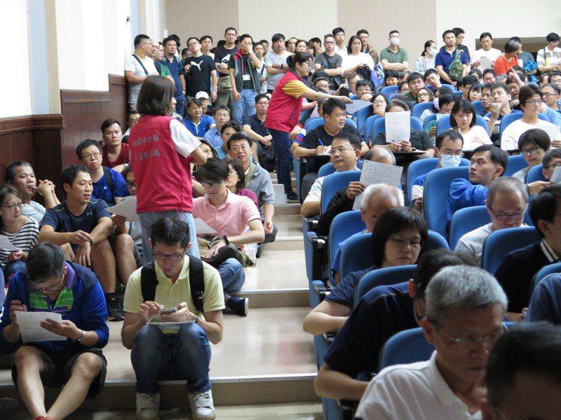 桃園市勞動局昨天辦理首場華映員工權益說明會,現場湧入近500人到場,擠爆會場。記者張裕珍/攝影