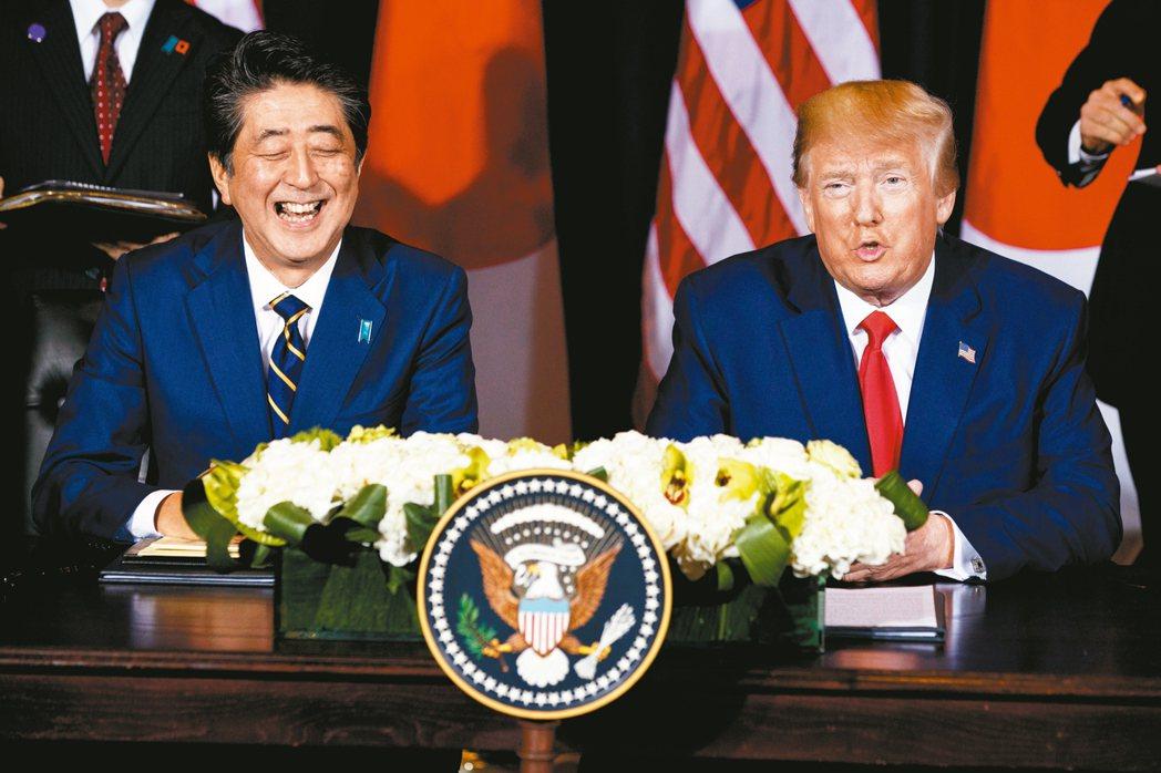 日相安倍晉三(左)與美國總統川普宣布簽署貿易協定。 美聯社