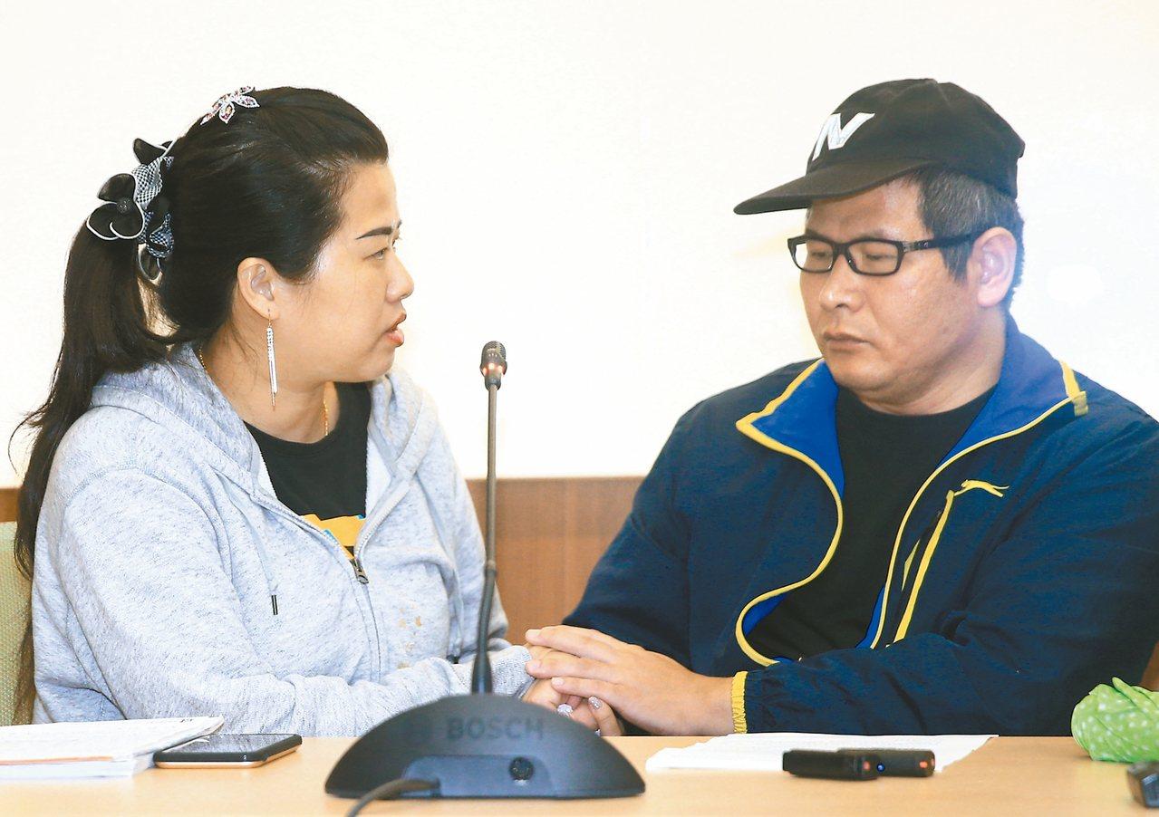 普悠瑪事故司機員尤振仲(右)昨首度公開提出疑點,罹難者家屬董小羚出席力挺,並安撫...