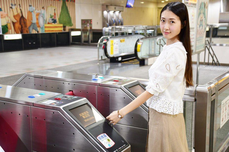 繼今年1月開通Mastercard、銀聯卡等信用卡可直接感應搭乘及在東京與JCB簽約後,高雄捷運更即將於年底全面開通接受所有Visa支付。圖/高雄捷運公司提供