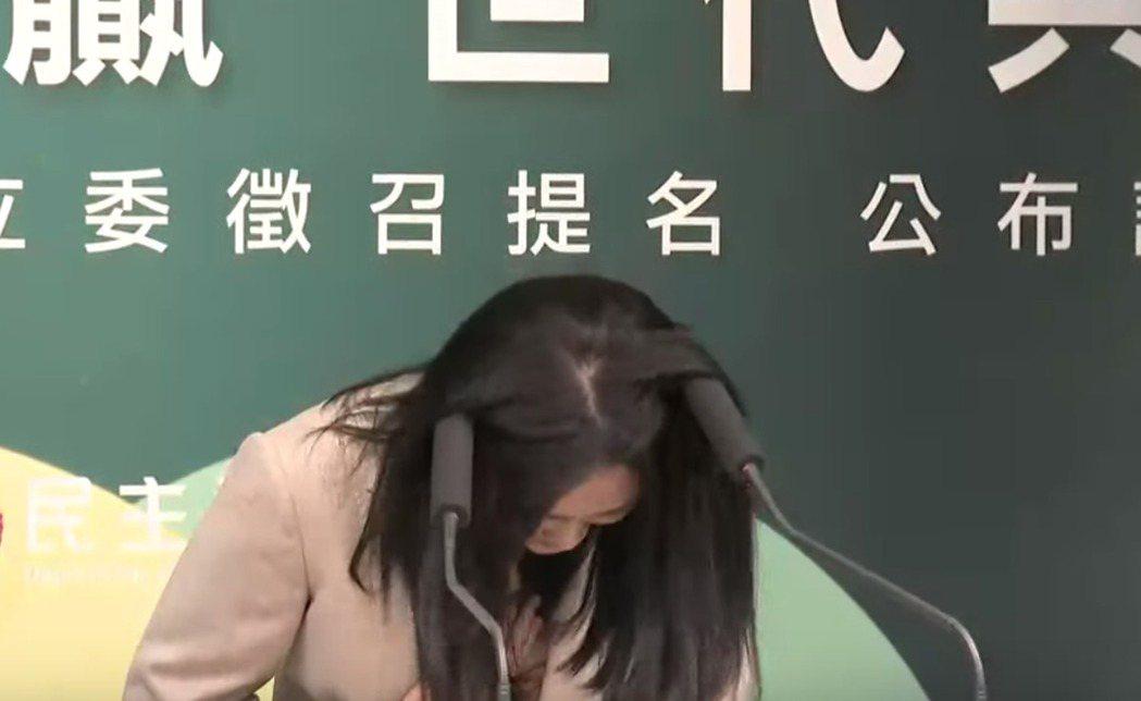 「太陽花女神」賴品妤在民進黨徵召記者會上,因「頭」入選戰令人印象深刻。 圖/翻攝...