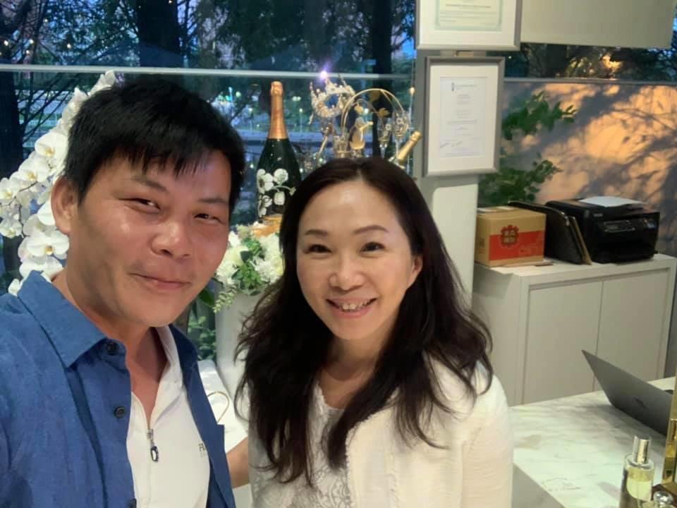 「最強菜販」林佳新(左)與高雄市長夫人李佳芬合影。 圖/翻攝自林佳新臉書