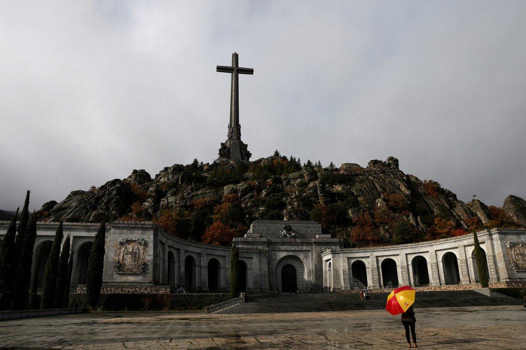 西班牙最高法院於24日裁定,佛朗哥遺骸從烈士谷遷葬至馬德里北部一處公墓。圖為烈士...