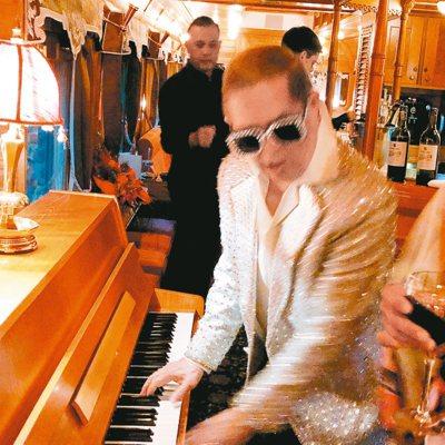 鋼琴師彼得模仿艾爾頓強的浮誇演唱,讓氣氛嗨到極點。 圖/錢欽青