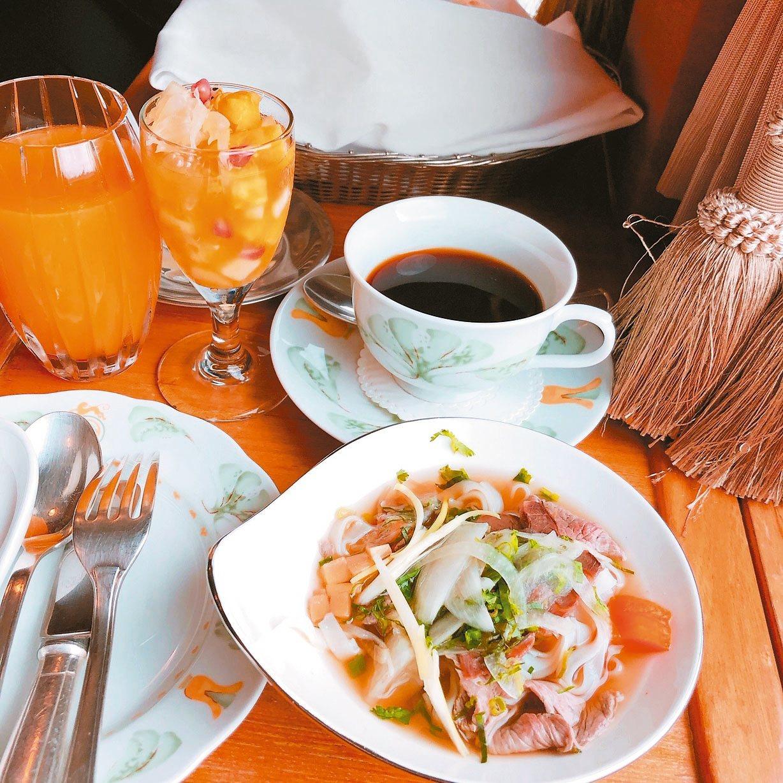 伴著蕉風椰雨的景緻,享受精緻佳肴,正是E&O的旨趣。這次還有越南河粉當早餐。 圖...