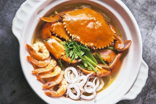 秋蟹與經典川式酸湯結合,「酸湯大沙公」辣爽酸過癮。 圖/大地酒店提供