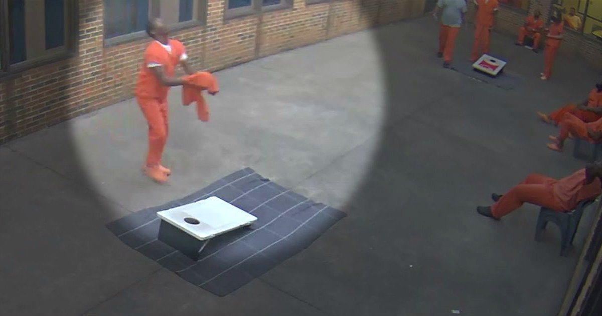一名正在獄中服刑的囚犯,放風時間取得無人機空投的包裹,過程被監視器拍下。 圖/截...