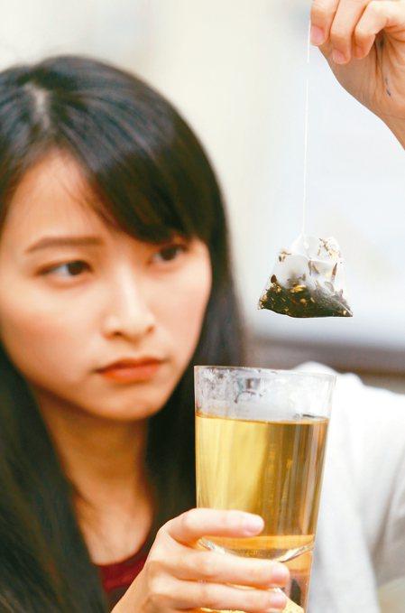 研究人員發現,部分高價茶袋改用塑膠網袋可能會在熱水裡釋出數十億顆塑膠微粒。 記者...