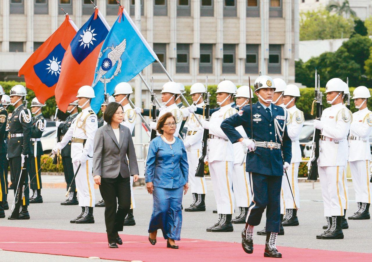 去年7月馬紹爾總統海妮(右)訪台,蔡英文總統(左)迎接。 圖/聯合報系資料照片