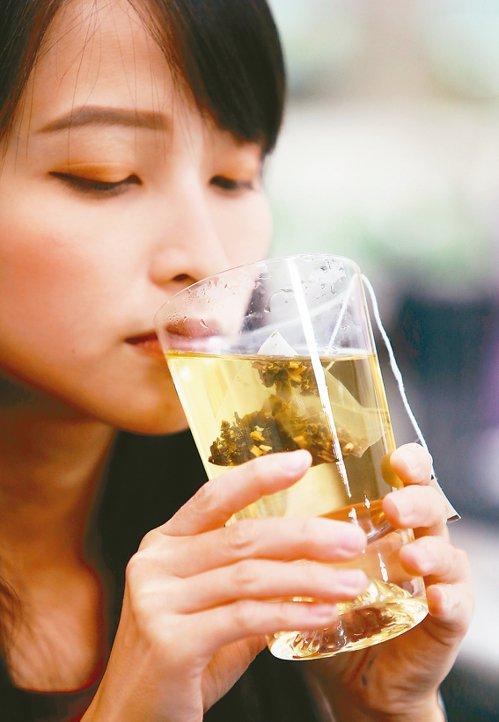 喝熱茶示意圖。 記者陳易辰/攝影