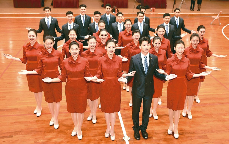 銘傳大學國慶親善服務隊上午亮相,今年有25名學生獲選國慶禮賓人員。 記者林伯東/...
