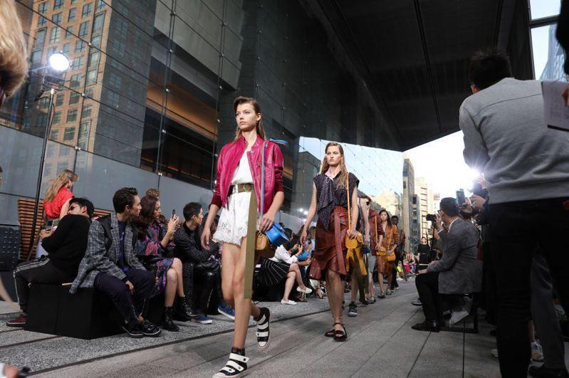 紐約時裝周/水原Hiko走到COACH的伸展,經典的Turnlock包裝創新雙包領帶方法,以吸引注意力!