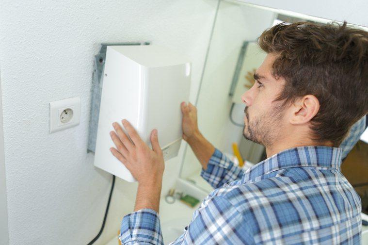 許多公共廁所都附有烘手機,方便民眾能烘乾手。圖片來源/ingimage