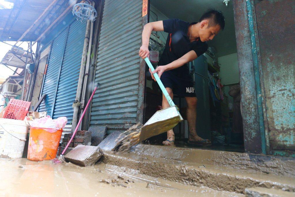 2015年蘇迪樂颱風過境,一名民眾在災後清理家園。 圖/聯合報系資料照