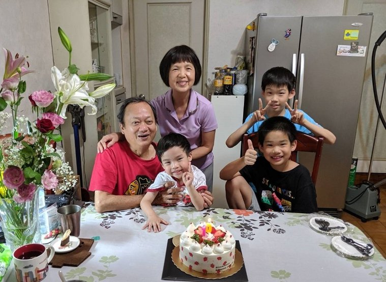 葉金川(左)和妻子及3名孫子,一同在家裡慶生,不忘搞笑留言「孫女你在哪裡?」。