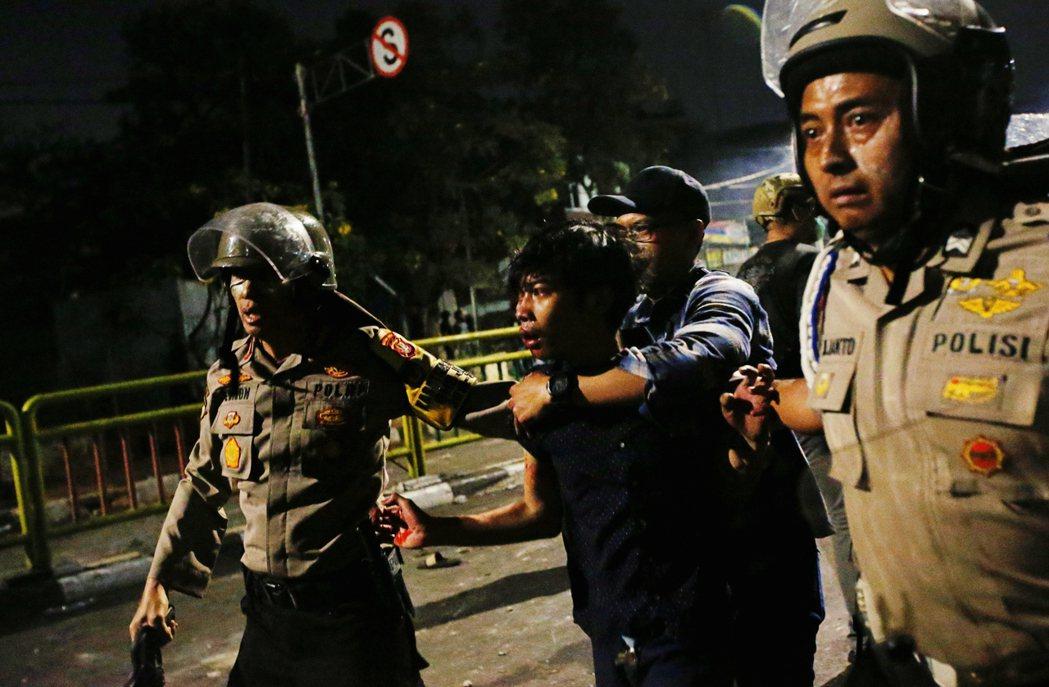 9月26日,一群鎮暴警察逮捕一名受傷的示威學生。警民衝突也隨著警方濫用暴力,以及...