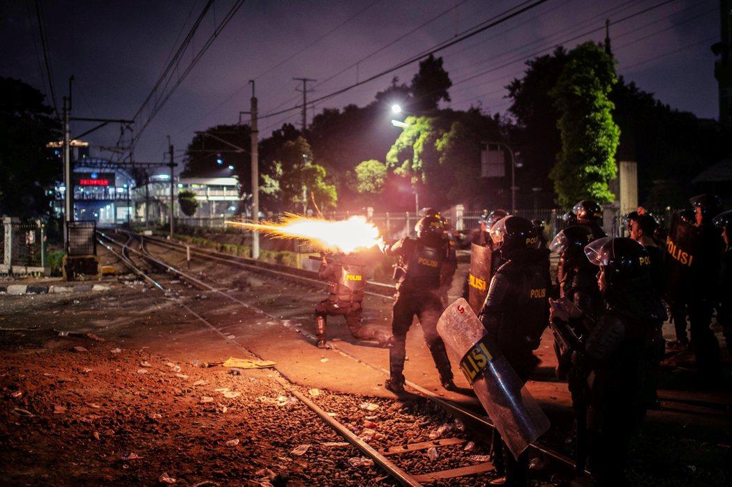 警方表示,現場有「無政府主義者」試圖突破拒馬、衝進國會,鎮暴部隊才會近距離射擊橡...
