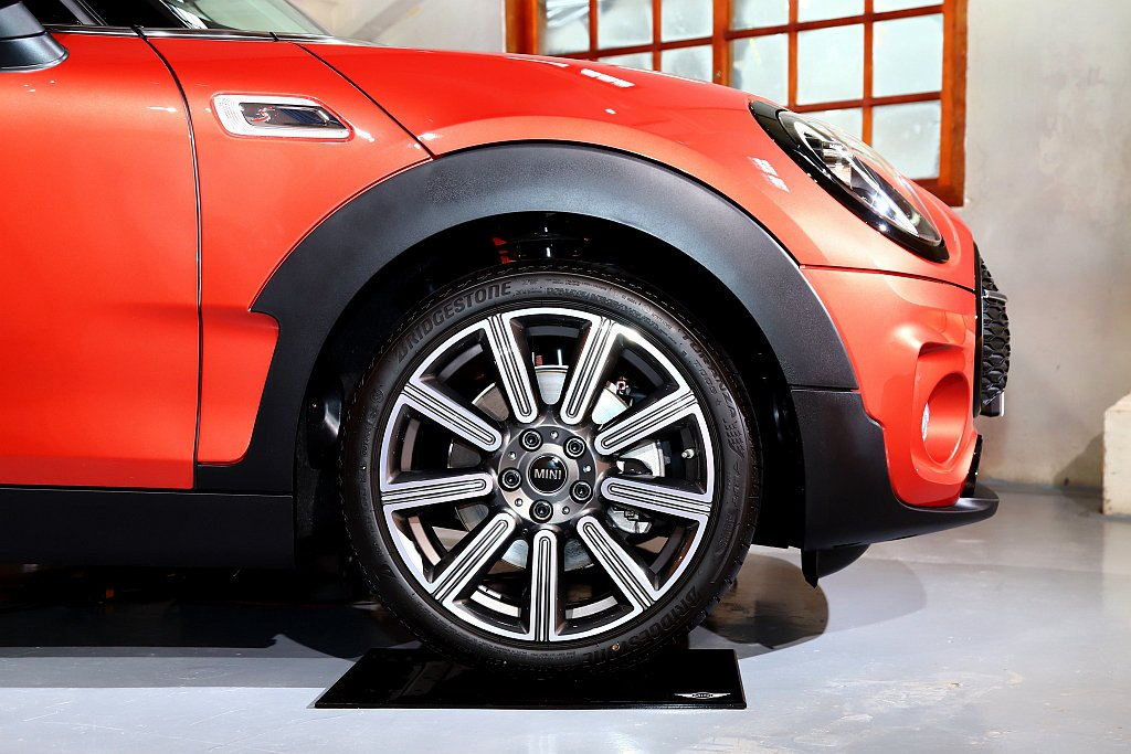 MINI Cooper S Clubman標配全新18吋Multiray Spo...