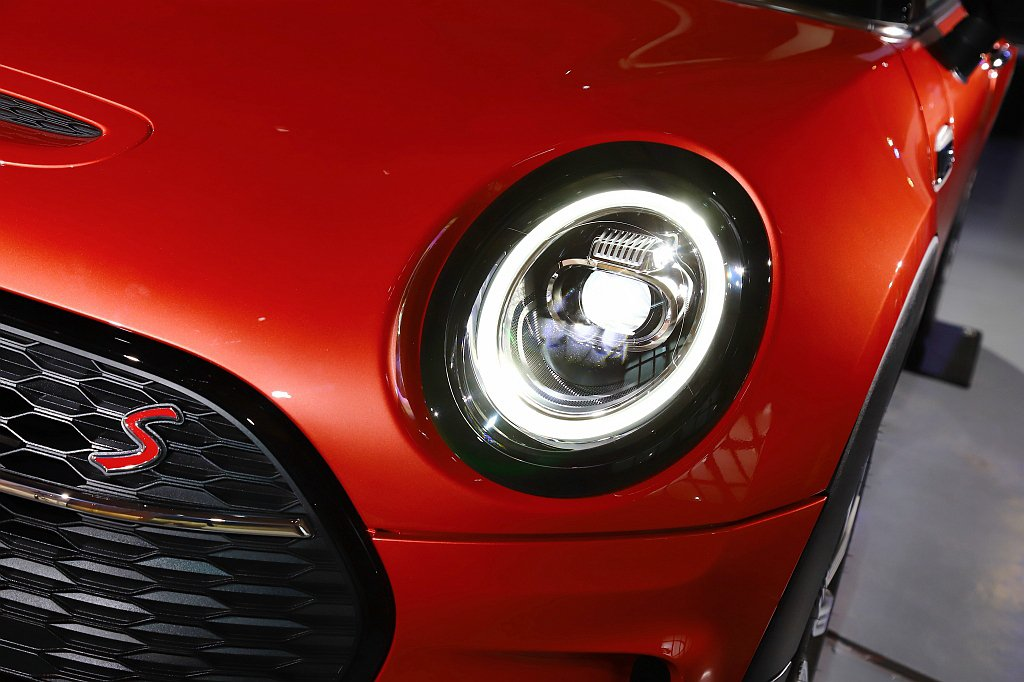 全新燈組同步結合環形LED日行燈與方向燈設計,頭燈外框及尾燈皆採用鍍銘外框包覆。...